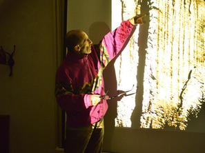 6. den - Igor Koller při večerní slide show - Hrana Kalamárky, foto F. Penders