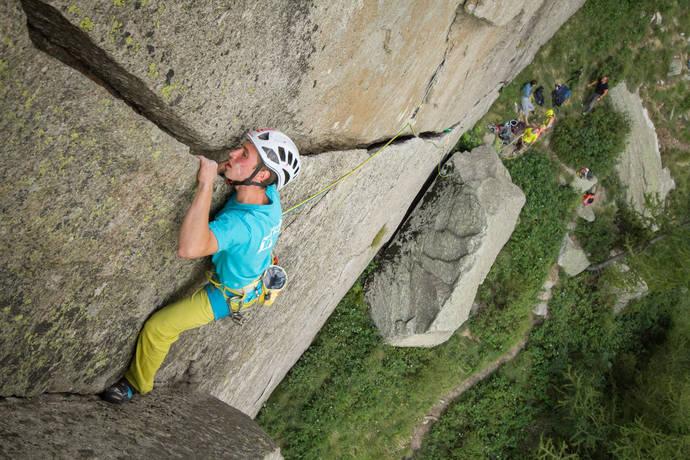 "Denis Pail leze tradiční megaklasiku ve Valle dell Orco, cestu ""Fessura Della Disperazione"" 6a+, foto S. Mitáč"